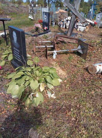 Соцсети: кресты и надгробья оказались разрушенными после благоустройства на кладбище в Лукояновском районе - фото 3