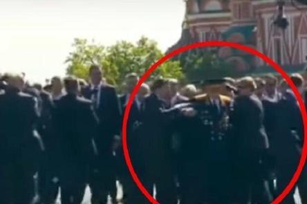 Охранник Путина грубо оттолкнул ветерана во время Парада Победы 9 мая (ВИДЕО)