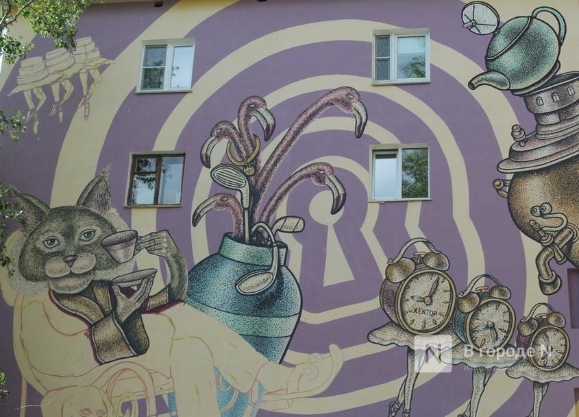 Масштабный стрит-арт по мотивам «Алисы в стране чудес» создает в Нижнем Новгороде минский художник - фото 1