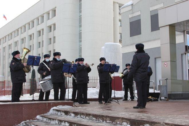 Оркестр полицейского главка поздравил нижегородок с 8 марта - фото 1
