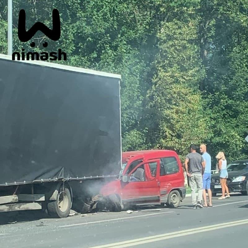 Один человек погиб в аварии с тремя автомобилями на проспекте Молодежном - фото 1