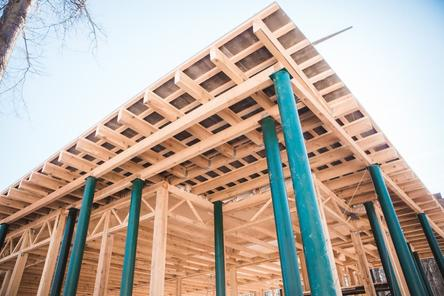 Крышу комплекса кафе начали монтировать в нижегородском парке «Швейцария»