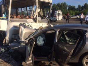 Иномарка столкнулась с автобусом на улице Бекетова: есть пострадавшие