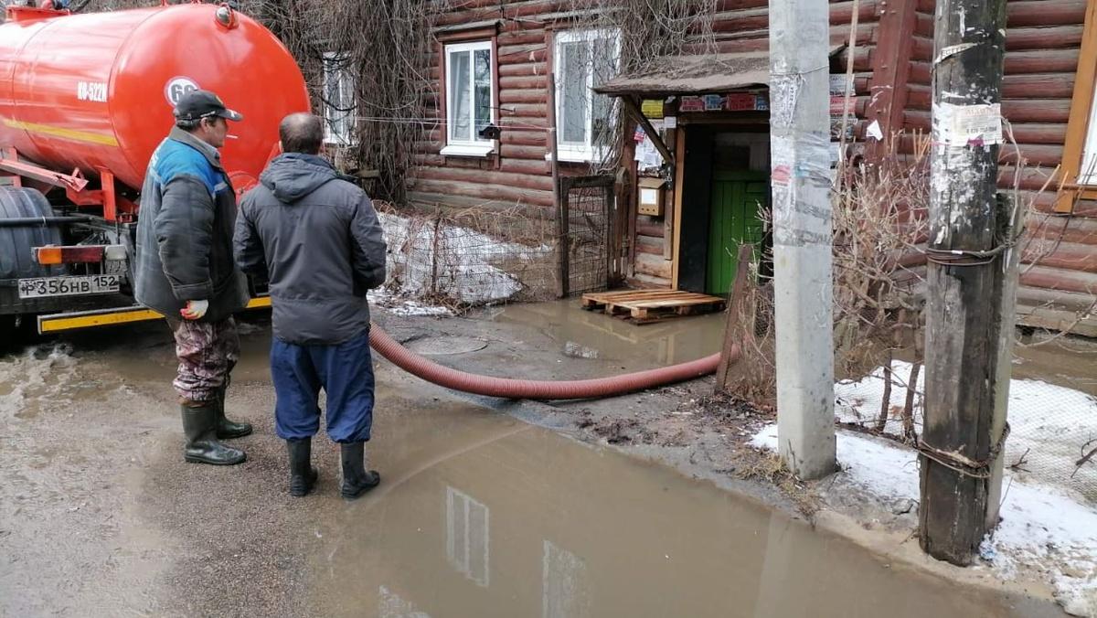 Деревянный дом на улице Энтузиастов затопило талой водой - фото 1