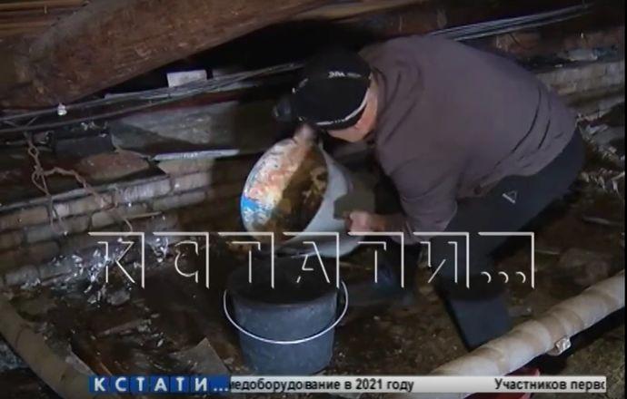 Сотрудники ДУКа затопили дом и снесли вывеску при очистке крыши в Нижнем Новгороде - фото 1