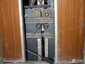 Лифт с женщиной и ребенком сорвался в многоэтажке на Мещере