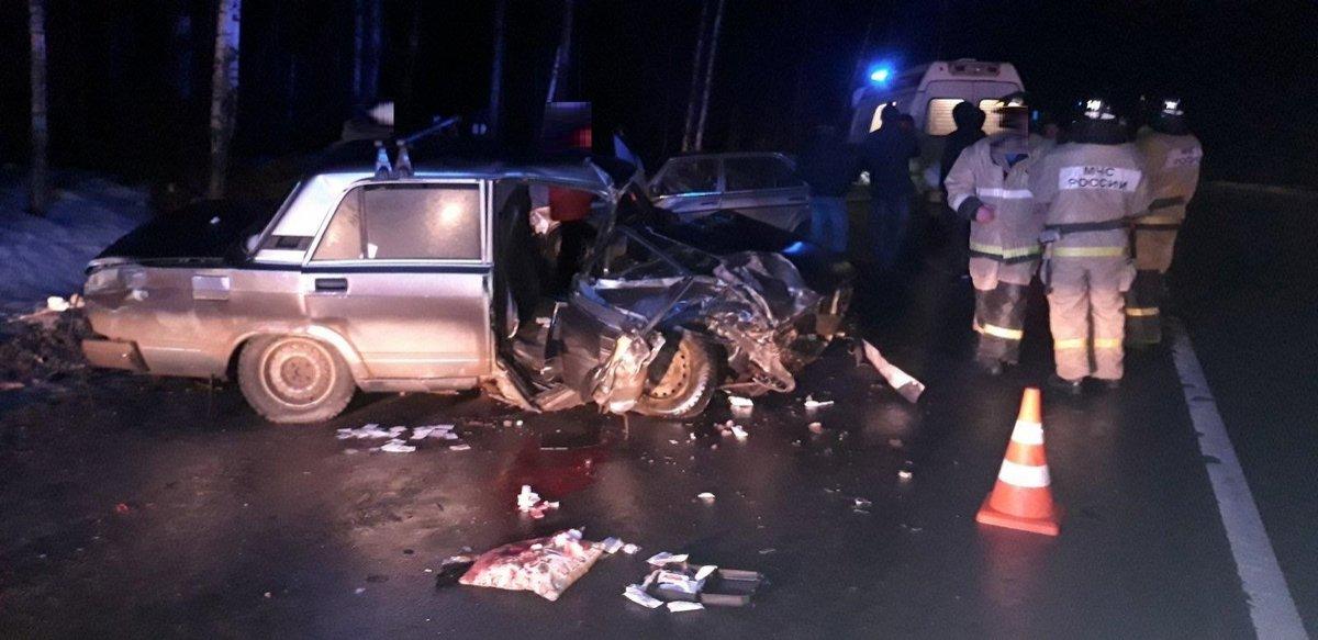 «Пятерка» столкнулась с Mercedes в Краснобаковском районе: пострадали трое - фото 1
