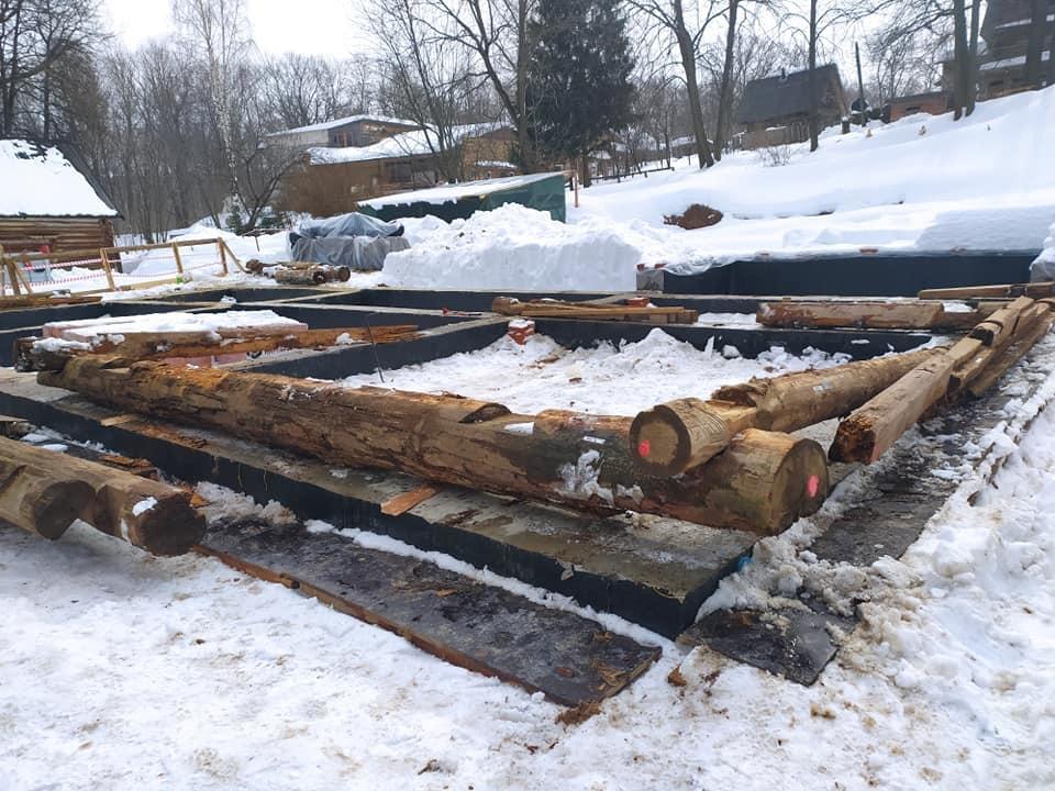 Бревна для фундамента Дома Павловой заложили в Нижнем Новгороде - фото 1