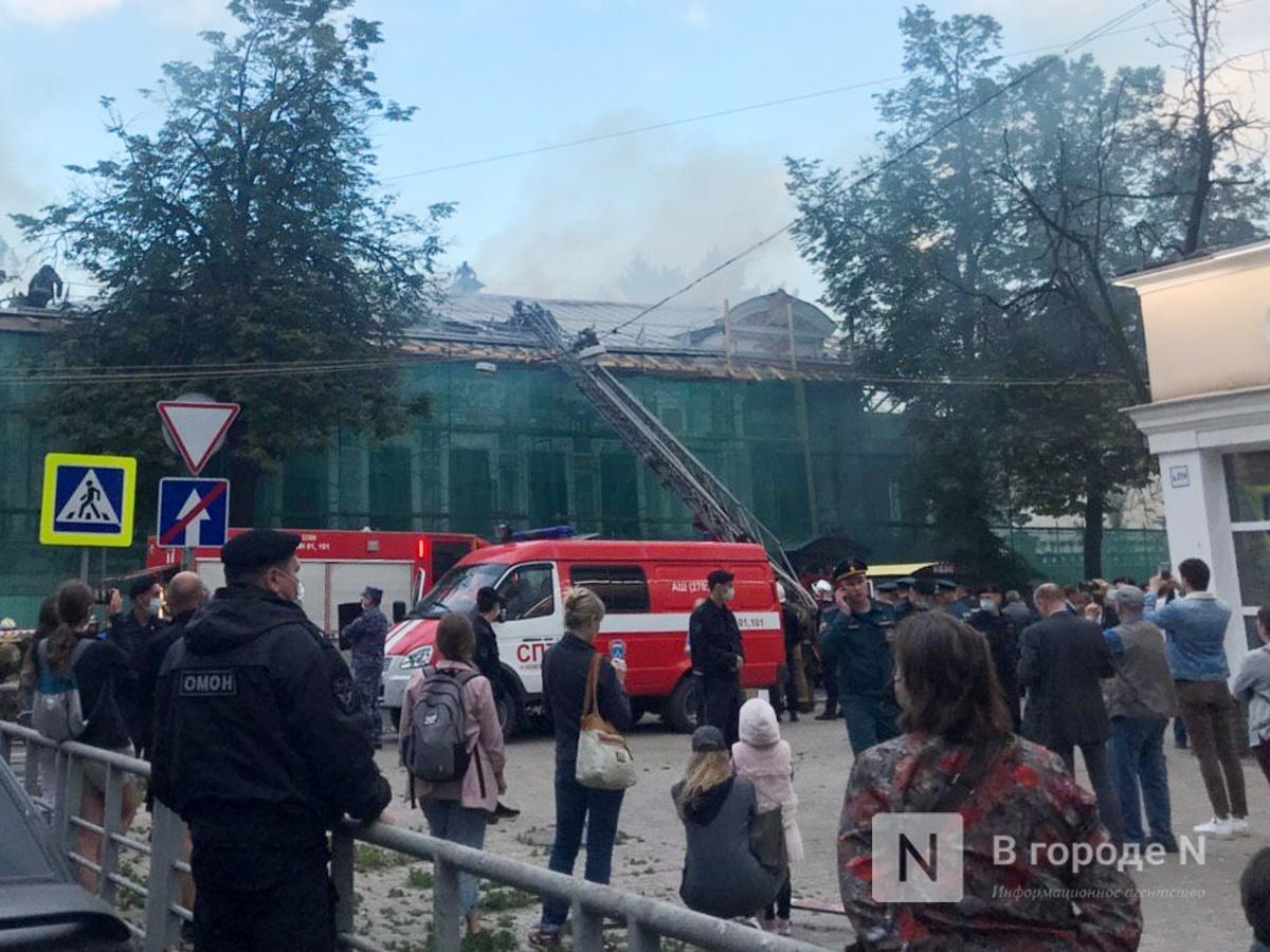 Спасатели эвакуируют ценности из горящего Литературного музея на улице Минина - фото 1