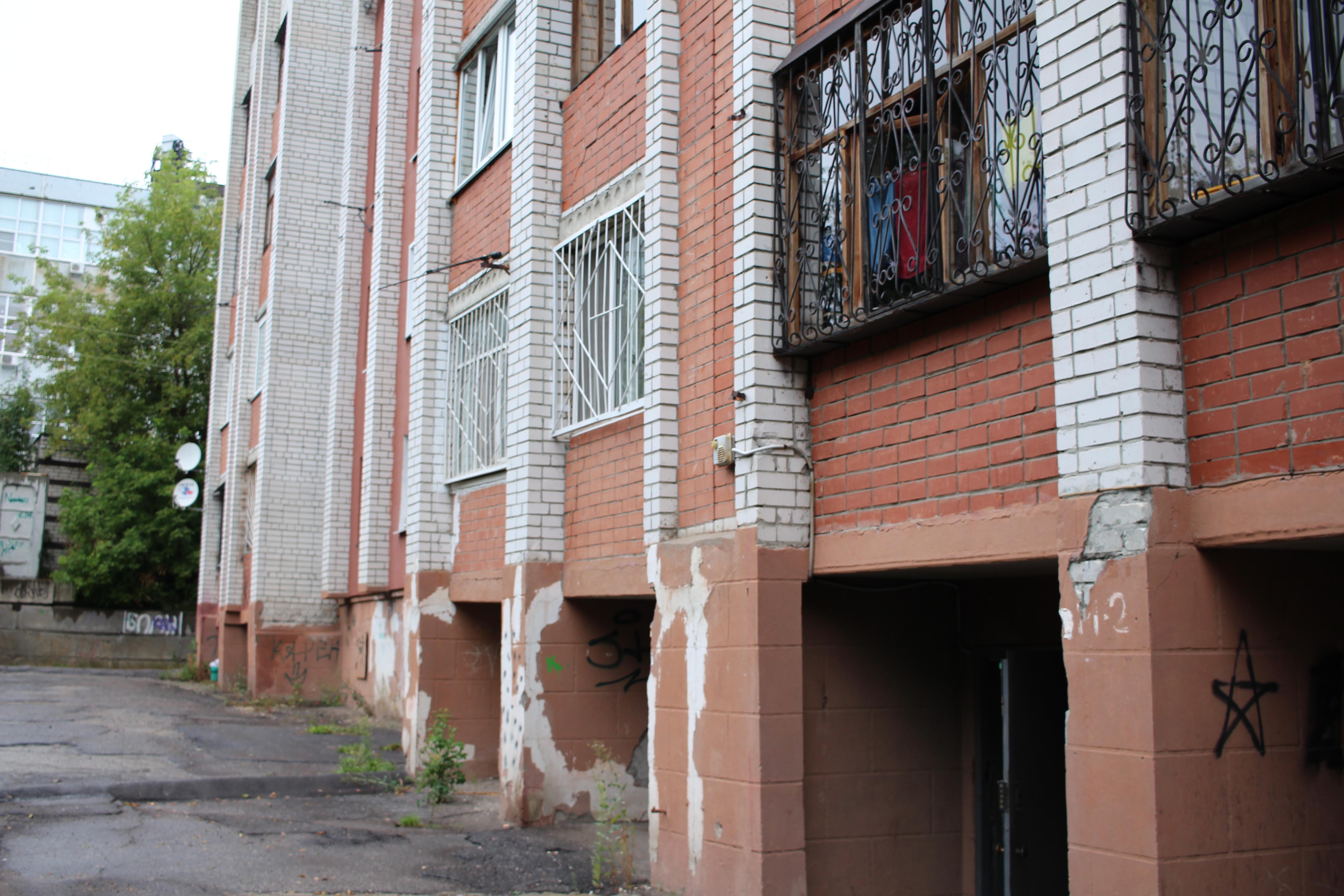 Чиновники через суд выселяют жильцов аварийного дома наулице Ломоносова