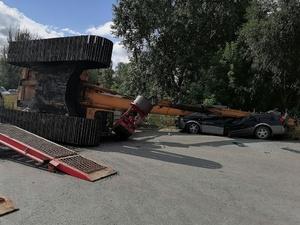 Экскаватор сплющил легковушку на парковке в Выксе
