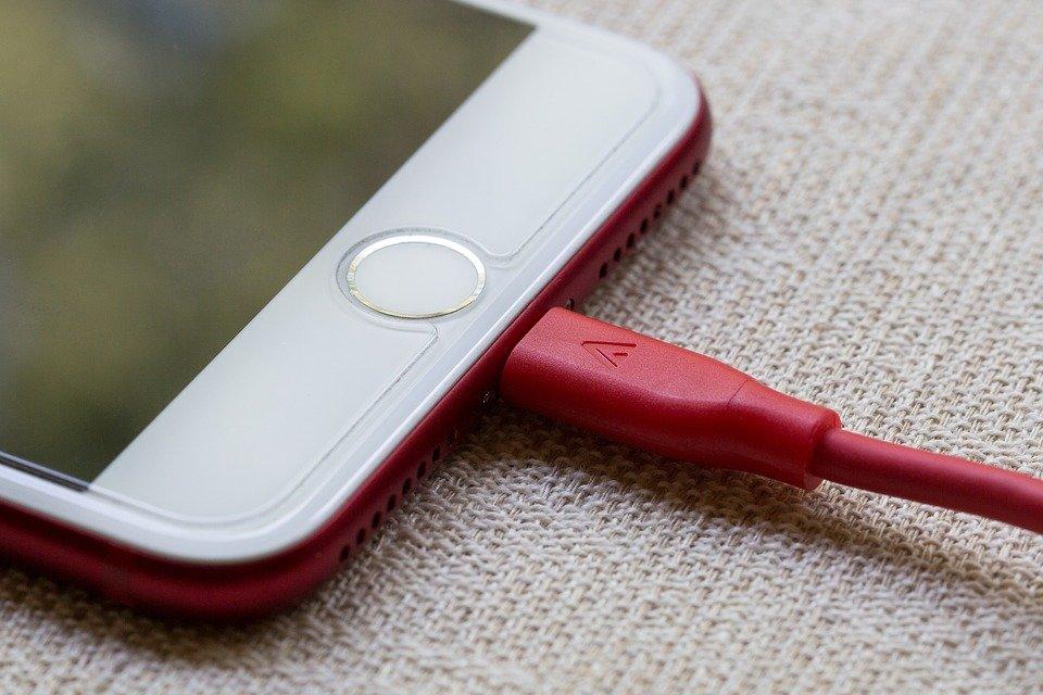 Почему нельзя оставлять зарядник от телефона в розетке - фото 2